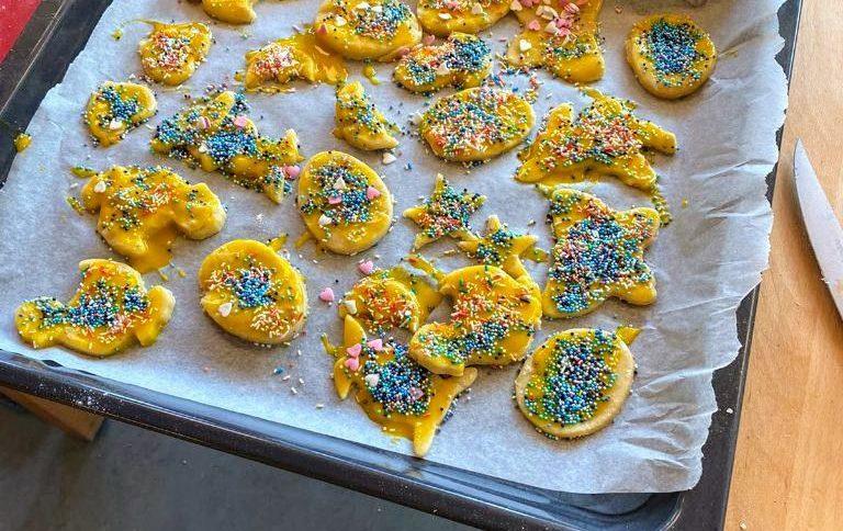 Backblech mit bunt geschmückten Keksen
