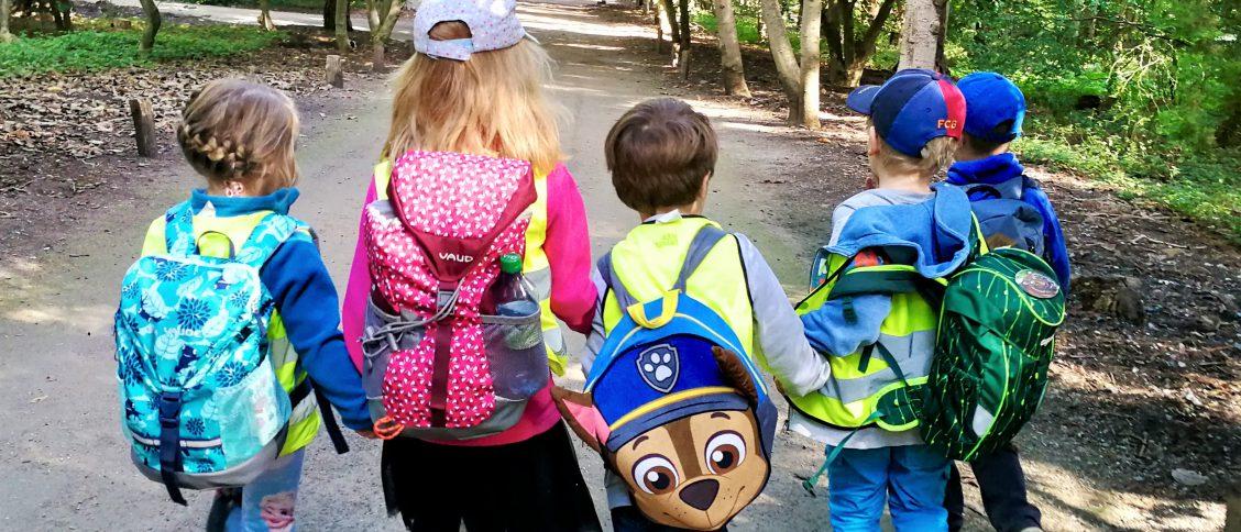 Kinder gehen einen Weg im Forstbotanischen Garten entlang.